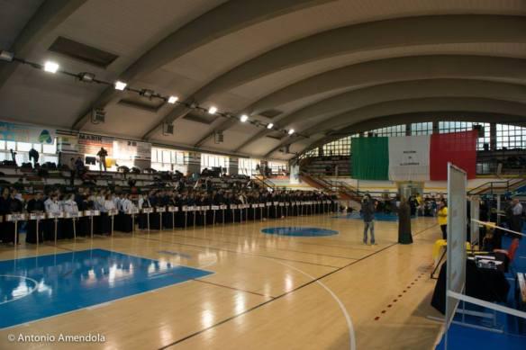 Tutti i dojo partecipanti schierati per il saluto iniziale.
